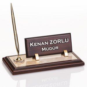 Mermer zeminli ahşap masa isimliği işyeri hediyesi kalemli ahşap masa isimlik
