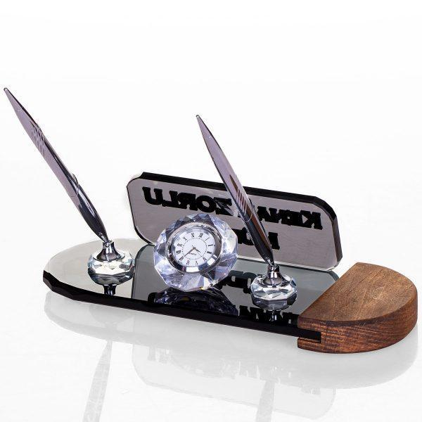 Saatli ve kalemli masa isimliği ahşap ayaklı kristal masa isimlik hediye masa isimliği